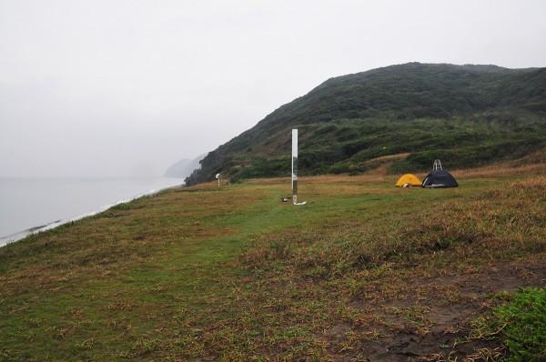 刈込氏の作品の側でキャンプ