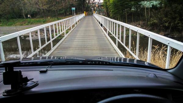 車幅ギリギリの橋