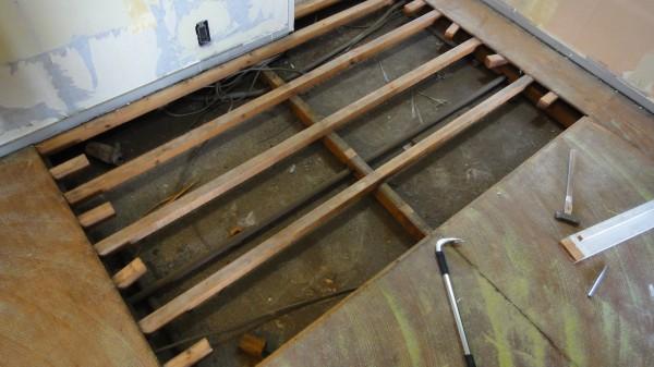 床鳴き 修理