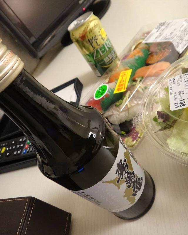 今日から出張。ホテル近所のスーパーで酒と肴を買い込み部屋飲み。低精米の酒が好きなんです。#寿萬亀 #精米歩合70 #低精米 #出張中 #部屋飲み #日本酒 #千葉の酒
