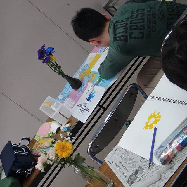 本日の教室。お題は花の写生、みんな上手に描いてびっくり。__#3月18日の教室 #絵画教室 #子供絵画教室 #写生 #花を描く__