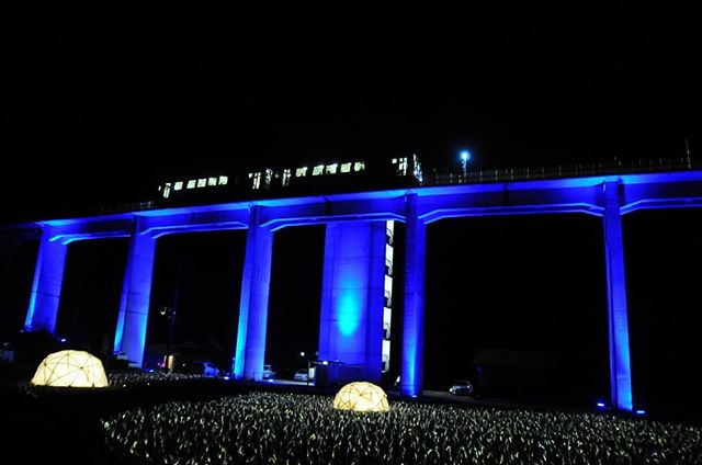 今月いっぱいで廃線が決まった三江線の宇都井駅。ライトアップと鉄道ファンで祭り状態。以前、三江線をテーマに作品を制作したことがあるのですが、実際に訪れたのは初めてなのです。明日は始発に乗ります。#宇都井駅 #三江線 #三江線廃止 #天空の駅 #宇都井駅ライトアップ