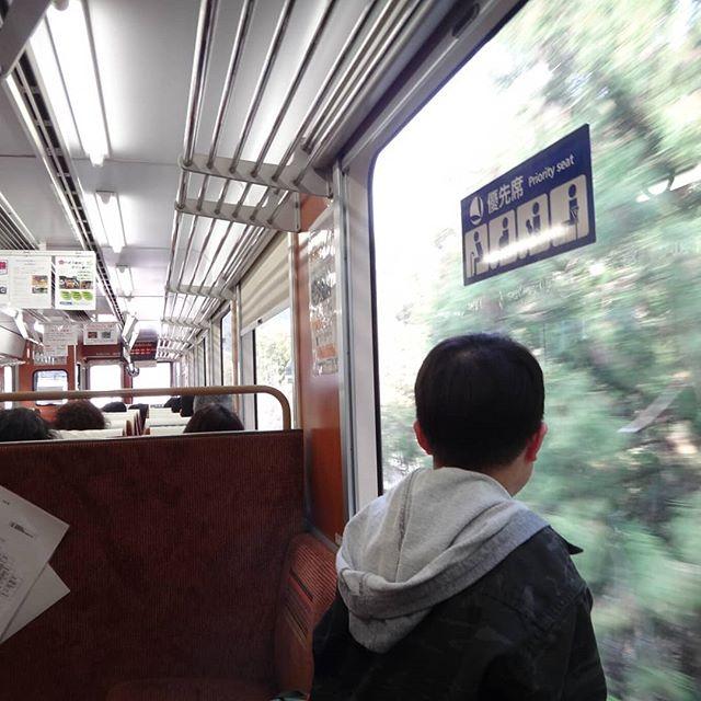 錦川清流線。嫌がる息子(鉄道好き)を乗せたらやっぱり楽しんでる。根笠~錦町往復。奥サン(鉄道好き)はもう少し乗りたいと言うので北河内まで乗車、私と息子は根笠から車で追いかけ、北河内でお出迎え。#錦川清流線 #ローカル線 #ローカル線の旅 #車窓からの景色 #錦町駅 #根笠駅 #北河内駅 #桜と列車