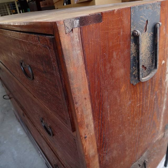 古いタンス。再利用検討中。#実家片付け #断捨離中 #古い箪笥 #古い家具