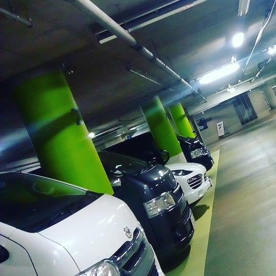 深夜の駐車場はドイツ車とハイエースばかり。#六本木ヒルズ #六本木 #深夜の現場