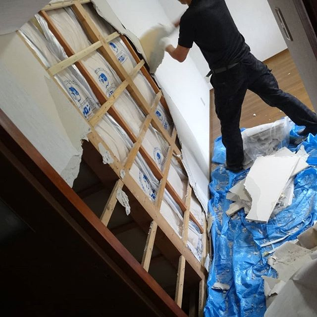 部屋の壁を壊し中#ギャラリー政吉 #リフォーム中 #リノベーション #因島 #ギャラリー #リフォーム #セルフリフォーム #セルフリノベーション