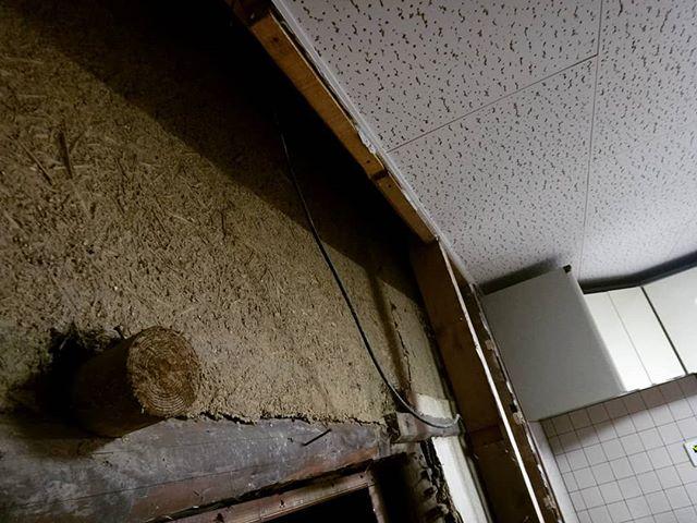 キッチンの壁を取り払ったら土壁が出現!狙い通り。もちろん内装として利用します。#古い土壁 #ギャラリー政吉 #古民家リノベーション #土壁 #土壁の家 #リフォーム #リフォーム中 #古民家ギャラリー #リノベーション#セルフリノベーション #diy #古民家 #因島