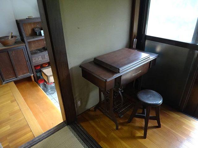 岩国の実家から運んできた家具をギャラリー政吉へ置いてみました。#ギャラリー政吉インテリア #足踏みミシン #古い家具 #古民家 #古民家リノベーション #古民家ギャラリー #セルフリフォーム #セルフリノベーション  #リノベーション
