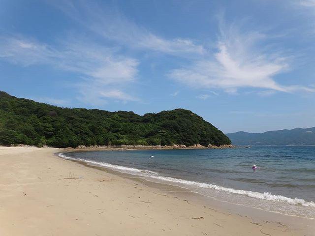 以前訪れた時はとても静かできれいでしたが、今日は少し濁り気味。#中ノ浦海水浴場 #上関 #長島 #山口県 #きれいな海