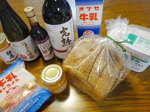 本日の戦利品いろいろ。長野のスーパー、ツルヤのPB商品いいぞ!地元産純米大吟醸まで揃ってる。__#ツルヤ #tsuruya #ツルヤオリジナル #ツルヤpb #市田柿ジャム #菊秀 #香色 #香色のパン__
