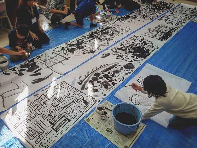 小学校で墨絵のワークショップ。嫌がる子もいるんじゃないかと心配でしたが、皆、大はしゃぎ。特にテーマを決めず、大きな画面ヘ自由に描くことが、新鮮な体験だったようです。#墨絵ワークショップ #学校行事 #墨絵 #水墨画