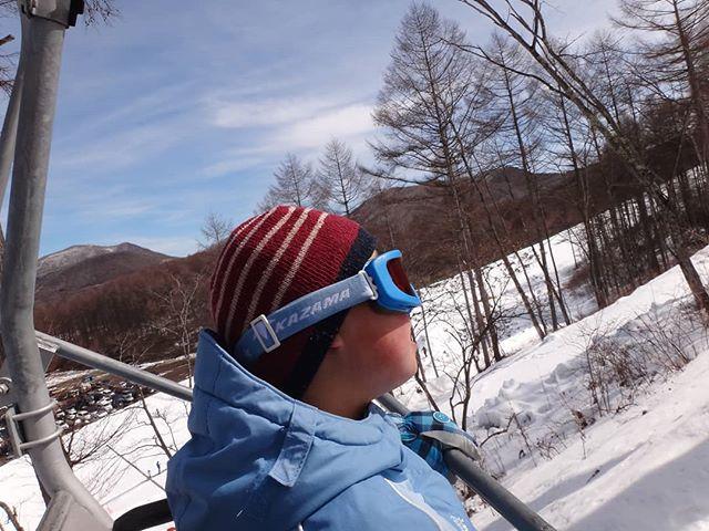 この直後、頂上行きリフトに乗っていることに気付きましたが、時すでに遅し!#息子とスキー #軽井沢スノーパーク #スキー #親子でスキー