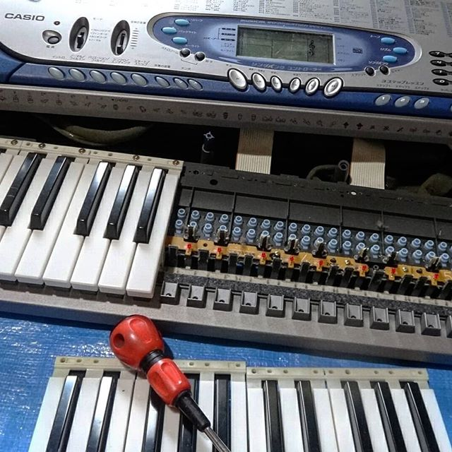 所詮中古3000円のキーボードなので躊躇せずに分解。昨日、息子にまだ分解前のこのキーボードを見せると、「ピアノだ~」と大喜び、夢中になって遊んでいました。そのことを思うと少し心が痛みますが、、、今度別のを買ってやることにします。__#容赦なさすぎ #作品制作中 #作品制作 #動く作品 #lk65 #光ナビゲーションキーボード #光ナビゲーション #casio #分解 #キーボード分解 #midikeyboard #midiキーボード__