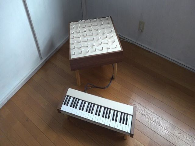 瀬戸内界隈展出品作品。ピアノは音を奏でますが、この機械は風を奏でます。演奏するとプロペラが回り風を起こします。キーとプロペラは1対1で対応し、風が渦を巻くように、低い音のキーは外側のプロペラに、高い音のキーは内側のプロペラに対応するようにしました。外観は往年のアナログシンセのような雰囲気ですが、鍵盤とプロペラ達はMIDIで繋がっています。他のMIDI楽器を接続してもきちんと動作します。なので、ライブとかセッションとかに参加できる作品なんです!__#風を奏でる動画 #風を奏でる #瀬戸内界隈展 #瀬戸内界隈 #ギャラリー政吉 #作品展示 #作品動画 #アナログシンセ #鍵盤楽器 #現代アート #現代美術 #インタラクティブアート