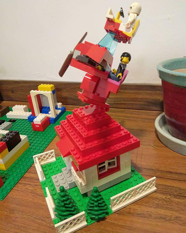 北欧風?の家を作っていたら、息子から攻撃されてしまい、やむを得ず防御体制を整える。