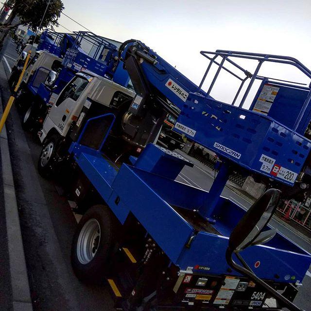 今回の相棒達。朝になって現場無事完了。#現場作業 #夜業明け #高所作業車