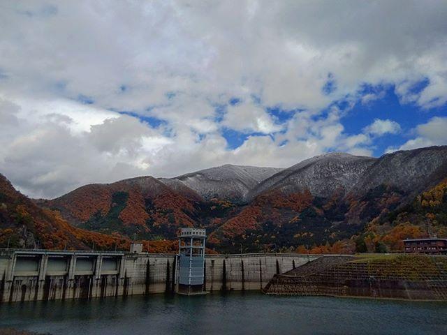 紅葉と雪の山#本日の現場#若郷湖 #大川ダム #紅葉 #雪化粧 #出張中