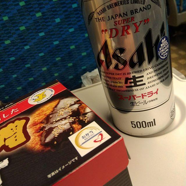 時速250kmでも500ml缶ビールが倒れないって凄いよね。写真はイメージでした。#ビールが倒れない #ひれ味噌かつ重 #写真はイメージです #新幹線 #駅弁 #新幹線のぞみ