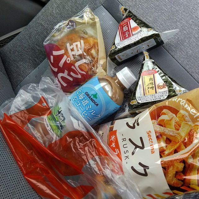 本日の昼食をコンビニで調達。オリジナル商品美味そうで目移りします。__#セイコーマート #セコマ #seicomart #secoma #北海道コンビニ__