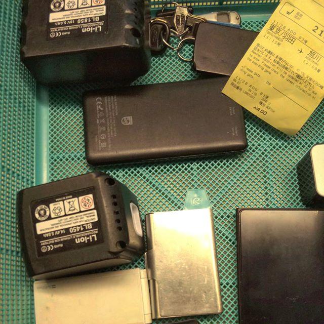バッテリー類は預けられないので機内持ち込み。#保安検査場 #バッテリー #モバイルバッテリー #羽田空港 #出張