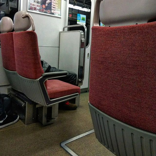 クロスシートに弱いんです。現場追い込みですが電車に揺られ東京へ。__#現場追い込み #近鉄 #近鉄電車 #クロスシート #出張中 #三重県__