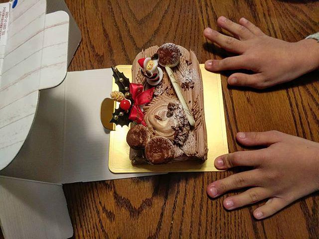昨日の軽井沢、ツルヤで爆買いの後は、中軽井沢のイロドリでクリスマスケーキを調達。少し早いですが今日いただきました!__#中軽井沢イロドリのケーキ #irodoriのケーキ #イロドリのケーキ #ブッシュドノエル #ケーキ #クリスマスケーキ #irodori #軽井沢ケーキ