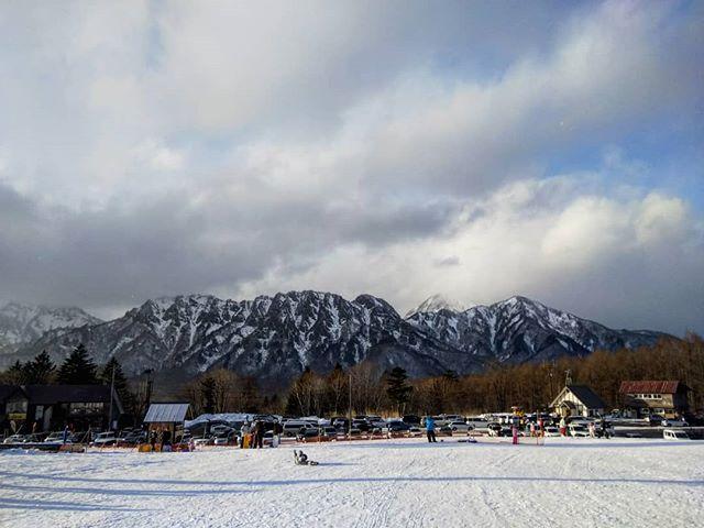 戸隠山をバックにただただ転がる我が子。そんなことしてないでスキーしようよ!__#戸隠スキー場 #戸隠山 #スキー #長野スキー